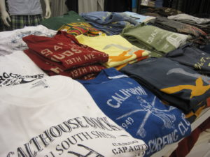 Men's_graphic_T-shirts_at_Old_Navy,_Tanforan
